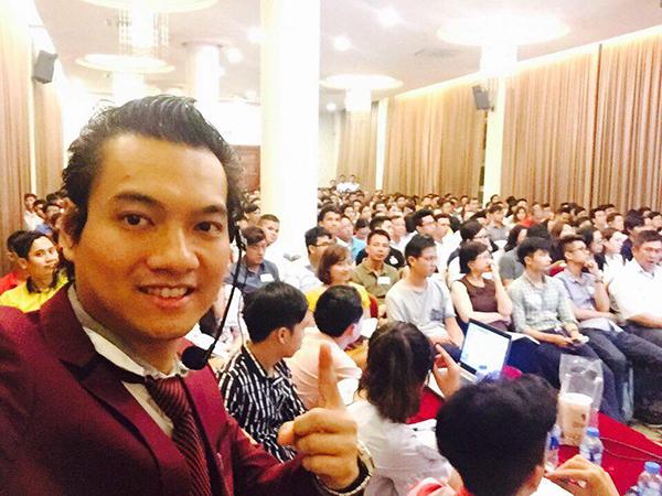 Diễn giả Lê Huy với micro Takstar TS-7220PP
